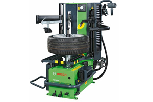 Leverless fully hydrolic tyre changer with two speeds, fast tyre inflation, pneumatic bead depressor, tyre lift and new pneumatic centering system (without manual locking). Fully equipped for changing RFT and UHP tyres with automatic positioning function for the second bead breaker and mounting head.